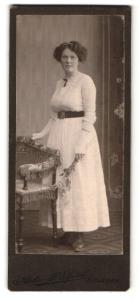 Fotografie J. Spörl, Eisleben, Portrait dunkelhaarige Schönheit mit Haar- und Halsschmuck im weissen Kleid
