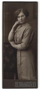 Fotografie Max Seifert, Freiberg i. S., Portrait bezauberndes Fräulein mit welligem Haar im bestickten Kleid