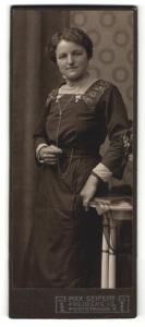 Fotografie Max Seifert, Freiberg i. S., Portrait lächelnde Dame im elegant besticktem Kleid