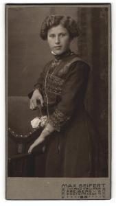 Fotografie Max Seifert, Freiberg i. S., Portrait bezauberndes Fräulein mit gewelltem Haar im bestickten Kleid
