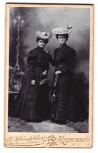 Fotografie R. Schönfelder, Reichenbach, Portrait zwei junge Damen in modischer Kleidung mit Hüten