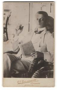 Fotografie L. O. Grienwaldt, Bremen, Portrait mondäner junger Herr mit Zeitung