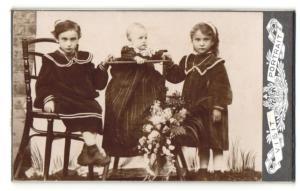Fotografie zwei Kinder und Säugling in Kindersitz