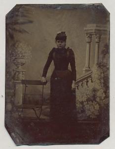 Fotografie Ferrotypie Edeldame trägt Hut und schwarzes Kleid