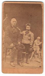 Fotografie Greis mit Orden und Bub, Veteran
