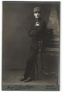 Fotografie Josef Ohlenschlager, Wien, Portrait k.u.k. Soldat mit Orden
