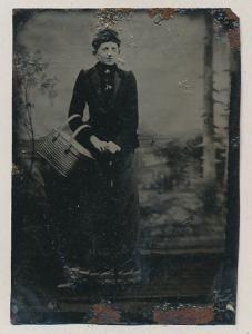 Fotografie Ferrotypie Dame im schwarzen Kleid mit Korb beim Fotografen