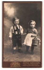 Fotografie Anton Grainer, Traunstein, Portrait bezauberndes Kinderpaar mit Blumenkorb in niedlicher Tracht