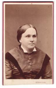 Fotografie Wilhelm Sonntag, Kremsier, Portrait bürgerliche Dame mit zurückgebundenem Haar im hübschen Kleid