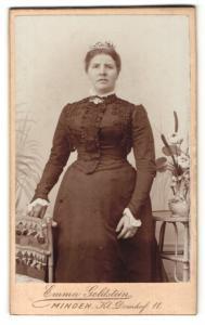 Fotografie Emma Goldstein, Minden, Portrait bürgerliche Dame im eleganten Kleid an Stuhl gelehnt