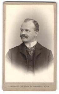 Fotografie J. C. Schaarwächter, Berlin-W, Portrait bürgerlicher Herr mit Krawatte im Anzug