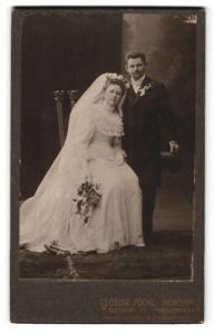Fotografie Oscar Pöckl, München, Portrait Brautpaar mit Blumen