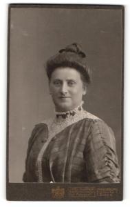 Fotografie Carl Kuiper, Magdeburg, Portrait lächelnde stattliche Dame mit Hochsteckfrisur