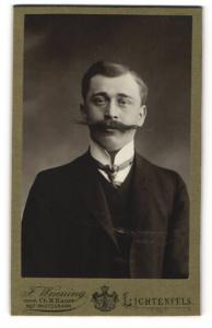 Fotografie F. Wenning, Lichtenfels, eleganter Herr mit langem Schnurrbart in Dreiteiler
