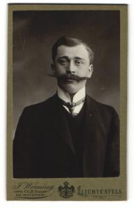 Fotografie F. Wenning, Lichtenfels, Herr in Dreiteiler mit Stehkragen und langem Schnurrbart