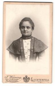 Fotografie F. Wenning, Lichtenfels, Dame in Kleid mit Schmuckapplikationen