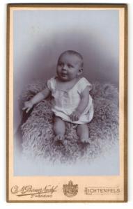 Fotografie F. Wenning, Lichtenfels, Baby in Hemdchen auf Fell