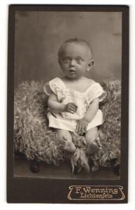 Fotografie F. Wenning, Lichtenfels, Baby barfuss in Hemdchen
