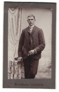 Fotografie A. Kreuzbauer, Griesbach, junger Mann in Anzug mit Zigarre in Hand