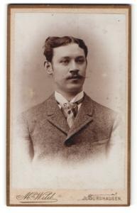 Fotografie Max Wild, Burghausen, Herr in Anzug mit Krawattentuch