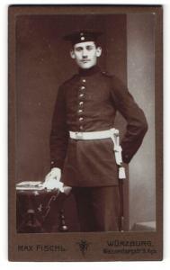 Fotografie Max Fischl, Würzburg, Soldat mit Mütze und Dolch an Uniform