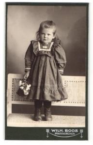 Fotografie Wilh. Boos, Pfarrkirchen, kleines Mädchen in Kleid mit Puffärmeln und Körbchen