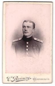 Fotografie C. Brüning, Oldenburg, Soldat mit Schulterklappen und Mittelscheitel