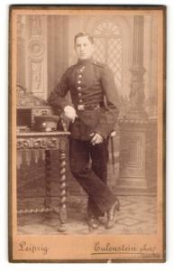 Fotografie Atelier Eulenstein, Leipzig, junger Soldat in lässiger Haltung