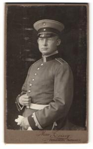 Fotografie Max Leisig, Perleberg, Soldat mit Mütze und Brille