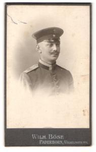 Fotografie Wilh. Böse, Paderborn, Soldat mit Mütze und Schnurrbart