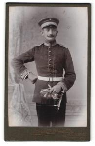 Fotografie Atelier Kessler Cassel, Soldat mit Mütze und Schnurrbart