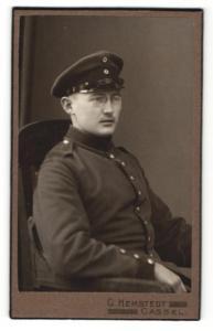 Fotografie C. Hemstedt, Cassel, Soldat mit Brille und Mütze