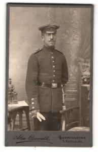 Fotografie Alexander Osswald, Ludwigsburg, Soldat mit Mütze und Schnurrbart