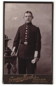 Fotografie Gustav Mook, Giessen, Soldat mit Schulterklappen und Mittelscheitel