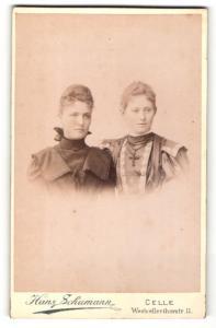 Fotografie Hans Schumann, Celle, zwei elegante junge Damen in Kleidern