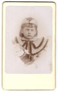 Fotografie unbekannter Fotograf und Ort, kleines trotziges Mädchen mit Hut und Puppe