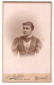 Fotografie L. Riederer, Kitzingen, Dame in Kleid mit Puffärmeln