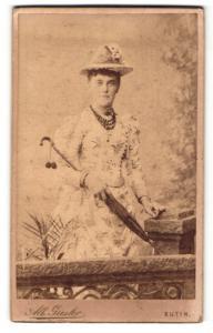 Fotografie Alb. Giesler, Eutin, Dame in gemustertem Sommerkleid mit Hut und Sonnenschirm