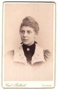 Fotografie Carl Bellach, Leipzig, elegante Dame mit Spitzenkragen und Brosche