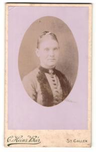 Fotografie C. Heinr. Bär, St. Gallen, Dame mit Pelz am Kragen und Brosche