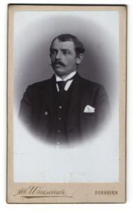 Fotografie Alb. Winsauer, Dornbirn, junger Herr mit Schnurrbart in Dreiteiler mit Krawatte