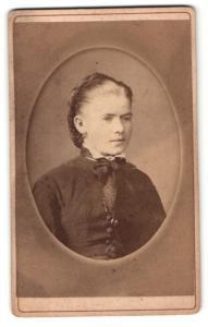 Fotografie Joh. Reiser, St. Gallen, elegante Dame mit Schleife am Kragen