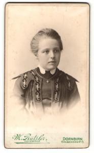 Fotografie M. Rützler, Dornbirn, elegante Dame in Kleid mit Applikationen