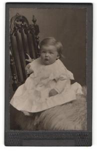 Fotografie Albert Winsauer, Dornbirn, Baby in weitem Kleidchen