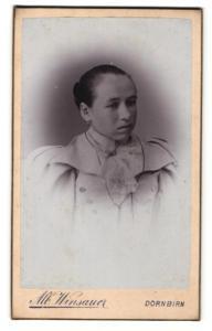 Fotografie Albert Winsauer, Dornbirn, Dame in Puffärmelkleid mit Tuch und Kette