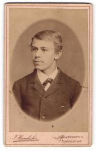Fotografie J. Heimhuber, Sonthofen, junger Mann in Anzug mit Seitenscheitel