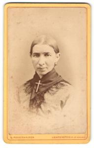 Fotografie G. Abdenhalden, Lichtensteig, Dame mit grossem Kreuz an Halstuch