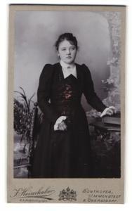 Fotografie J. Heimhuber, Sonthofen, junge Dame in Kleid mit Rüschenärmeln