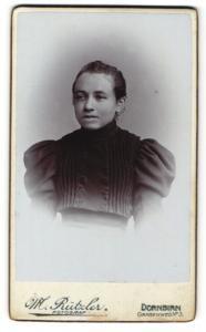 Fotografie M. Rützler, Dornbirn, junge Dame in Kleid mit Knopfleiste und Puffärmeln