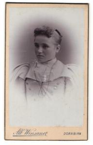Fotografie Alb. Winsauer, Dornbirn, elegante Dame in Kleid mit Knopfleiste und Puffärmeln